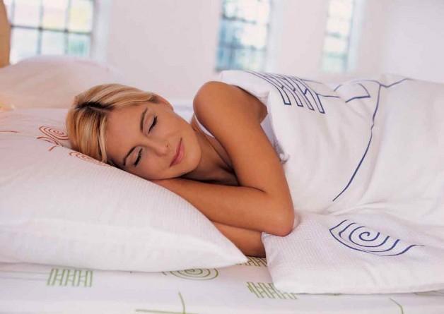 Сон без піжами врятує від багатьох бід